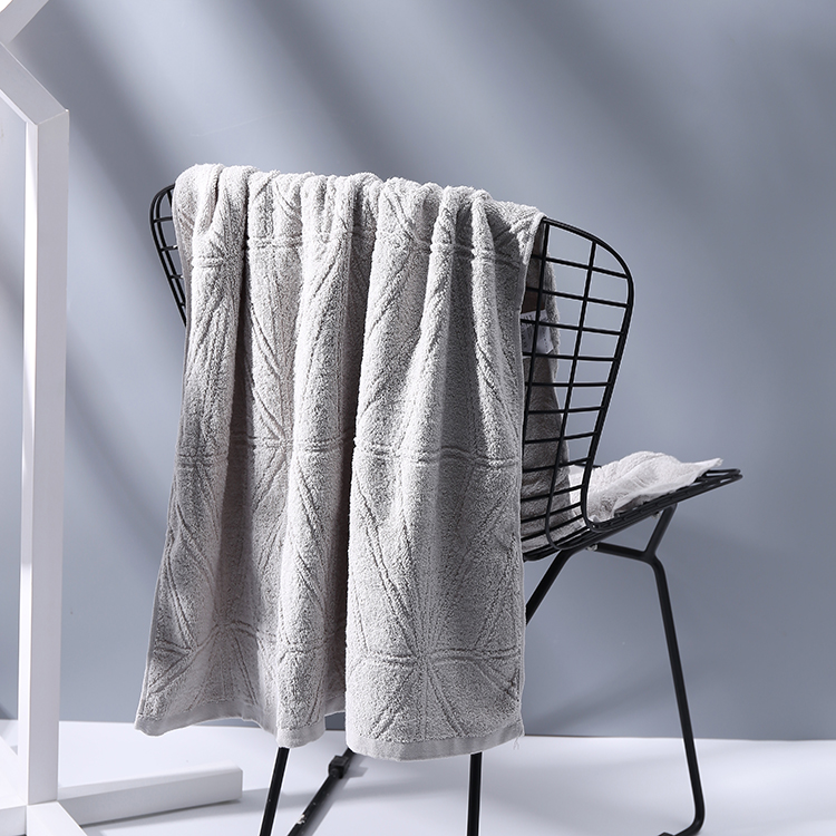 Geometric beige bath towel - grey